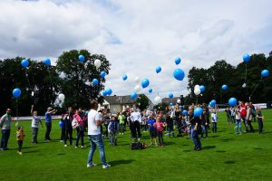 Großes Familienfest von Blau-Weiss Hollage rund um die neue Trainingshalle am Benkenbusch. Auch ein Luftballonwettbewerb durfte nicht fehlen. Foto: Blau-Weiss Hollage