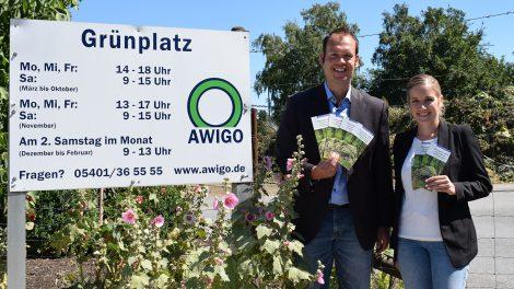 Die Unternehmenskommunikation der AWIGO, vertreten durch Bastian Spreckelmeyer (links) und Daniela Pommer, präsentiert den neuen Infoflyer zu den Risiken der wilden Grünab-fallentsorgung. Foto: L. Luttmer, AWIGO