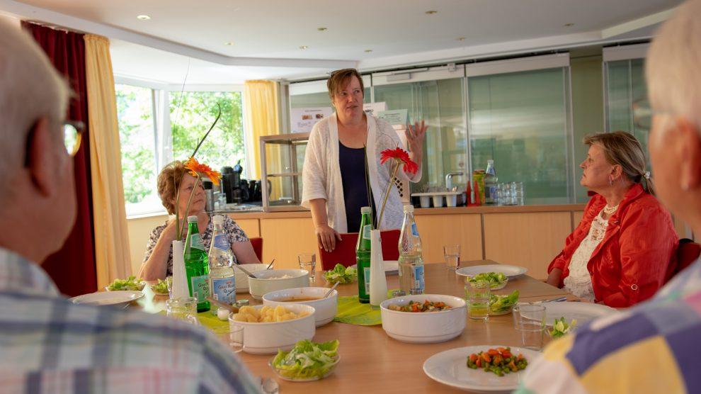 Bernhild Diekriede erläutert den Mitgliedern des Seniorenbeirats das neue Mittagsangebot. Foto:André Thöle