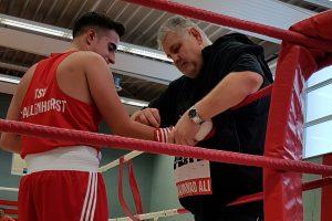 Trainer Ralf Dörjes versorgt seinen Boxer Musa Duruel nach dessen Niederlage. Foto: Ria Papke