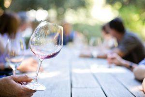 Musik, Wein und Gesang wird wieder am Ruller Weintag für Senioren am Donnerstag, 6. September, geboten. Symbolfoto: Pixabay / jill111