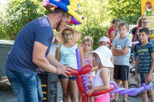 Mit seinen großartigen Kunstwerken brachte Luftballonkünstler Patrick Hawighorst kleine wie große Gäste zum Staunen. Foto:Thomas Remme