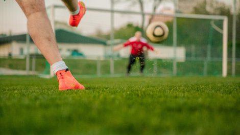 In der Zeit vom 14. August bis zum 23. Oktober laden Übungsleiter der Osnabrücker Ballschule e.V. (BaKoS) alle Kinder im Alter von drei bis sechs Jahren einmal wöchentlich zum gemeinsamen Ballspielen auf den Bolzplatz am Hullerweg in Hollage ein. Symbolfoto: Pixabay / flooy