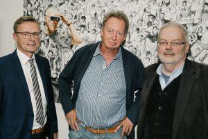 """Bürgermeister Otto Steinkamp, Thomas Johannsmeier und Alfred Cordes (von links) eröffnen die Ausstellung """"Kunstsprünge"""" im Wallenhorster Rathaus. Foto: Thomas Remme"""