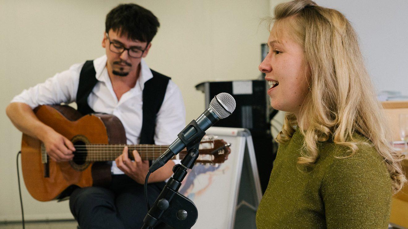 Anne Bischow und Eugen Wiedemann geben der Vernissage den passenden musikalischen Rahmen. Foto: Thomas Remme