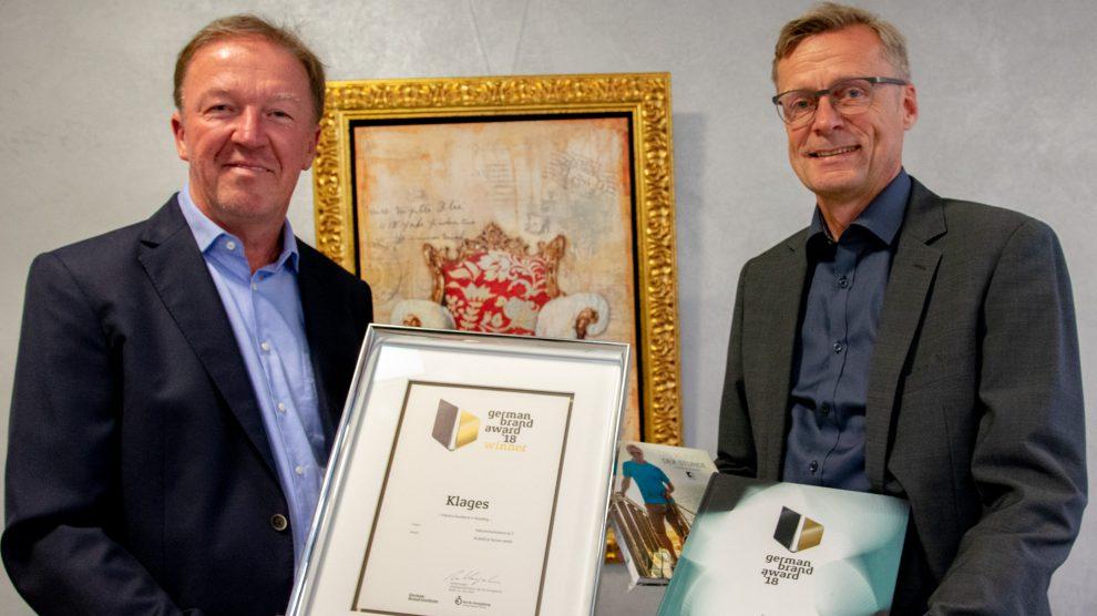 Bürgermeister Otto Steinkamp (rechts) gratuliert Dieter Klages zur Auszeichnung mit dem German Brand Award. Foto:André Thöle