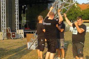 """Das Team der Showdisco Starlight baut bereits die Bühne für das Festival """"Nette brennt"""" in Rulle auf. Foto: Kolpingsfamilie Rulle"""