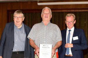Diözesanpräses Reinhard Molitor (links) und Diözesanvorsitzender Norbert Frische (rechts) überreichen Manfred Haustermann die Auszeichnung der Hans-Tegeler-Stiftung. Foto: Kurt Flegel