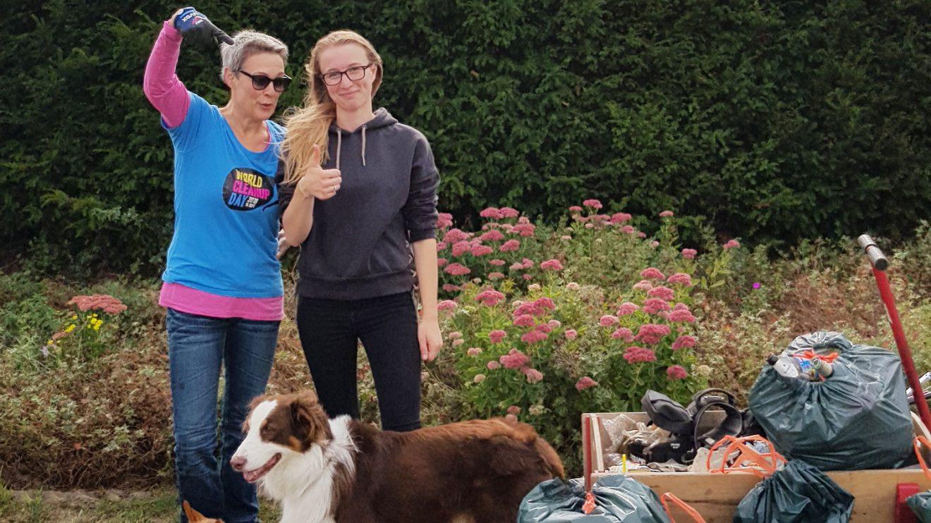 Birgit Schad (links) räumt mit kräftiger Unterstützung am Porta-Kreisel in Wallenhorst auf. Foto: City Cleaners Germany