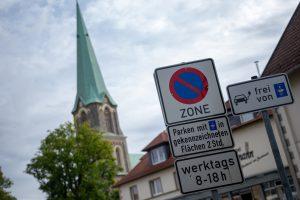 Eine Parkscheibe benötigen Fahrerinnen und Fahrer von Elektroautos im Wallenhorster Zentrum ab sofort nicht mehr. Foto:André Thöle