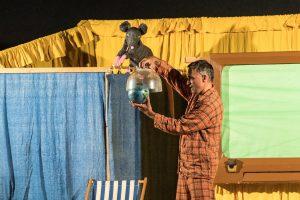 Ricky Riesenmaus passt genau auf, wie Linus den Kindern den Treibhauseffekt erklärt. Foto:Thomas Remme