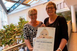 """Angelika Uhlen und Kornelia Böert (von links) weisen auf den Markt der Möglichkeiten zum Thema """"Frühe Hilfen"""" in den Familienzentren hin. Foto:André Thöle"""