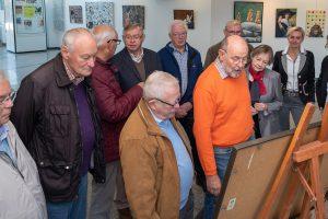 Die Ehrenamtlichen des Archivs für Heimatgeschichte erläutern Bürgermeister Otto Steinkamp (rechts) die neu aufgestellt Collage. Foto:Thomas Remme