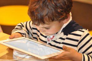 """Zum Thema """"Handy, Computer, Internet: Auf dem Weg zur digitalisierten Kommunikation – Chancen, Risiken und Herausforderungen für Familien"""" lädt die Gemeinde Wallenhorst alle Eltern von Grundschulkindern ein. Symbolfoto: Pixabay / NadineDoerle"""