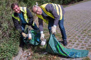 Udo Stangier (links) und Bürgermeister Otto Steinkamp machen es vor. Für die Gemeinschaftsaktion hoffen sie auf viele fleißige Helferinnen und Helfer. Foto:Thomas Remme