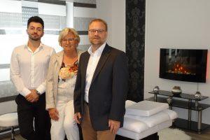 Gisela Richter (Mitte) und Wirtschaftsförderer Frank Jansing (rechts) gratulieren Bilsen Pepić zur Praxiseröffnung im besonders eingerichteten Wellnessraum. Foto: Gemeinde Wallenhorst