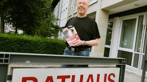 Ralf Bergander von der Polizei Bramsche stellt die Broschüre zum Einbruchschutz vor. Foto:Thomas Remme