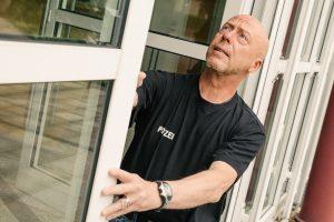 Ralf Bergander von der Polizei Bramsche prüft die Sicherheit der Fenster und Türen im Rathaus. Auch für private Haushalte bietet er kostenfreie Beratungen an. Foto:Thomas Remme