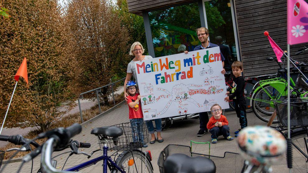 Nadine Schulze und Stefan Sprenger freuen sich über zahlreiche Punkte, die die Kinder für ihre Fahrradfahrten auf das Plakat kleben. Foto:André Thöle
