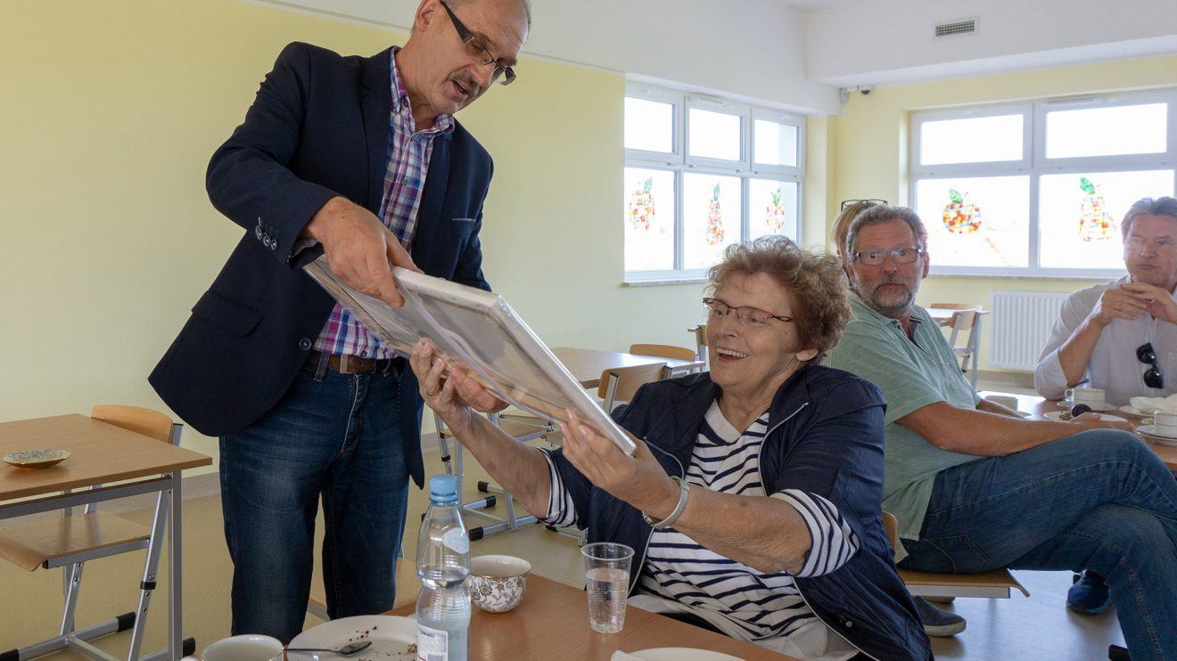 Irmgard Vogelsang erhält ein Präsent in der Grundschule Bartąg als Dank für ihr langjähriges Engagement. Foto: André Thöle
