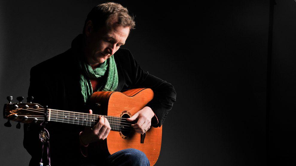 Mit dem Gitarristen, Sänger und Komponisten John Doyle ist am Dienstag, 30. Oktober, eine Koryphäe des Irish Folk im Ruller Haus zu Gast. Begleitet wird er von Mick Mc Auley - einem Meister des Knopfakkordeons. Foto: J.D. Keigh Wright