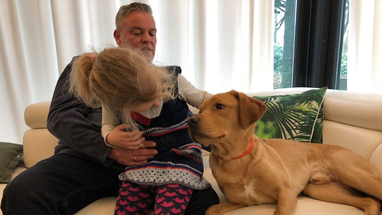 Mia mit Papa Holger und Assistenzhund Casper, der im Frühjahr 2019 richtig bei Mias Familie einzieht. Foto: Familie Eiken-Lüchau