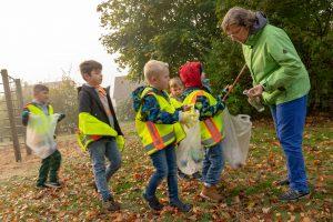 Die Schüler der Johannisschule finden auch auf dem eigenen Schulhof viel Müll, den sie engagiert einsammeln. Foto: André Thöle