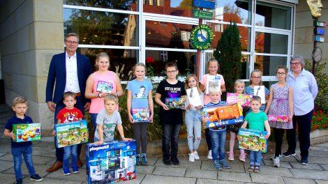 Die Gewinner des Luftballonwettbewerbs mit Ingrid Vornholt und Bürgermeister Otto Steinkamp. Foto: Christina Halbach