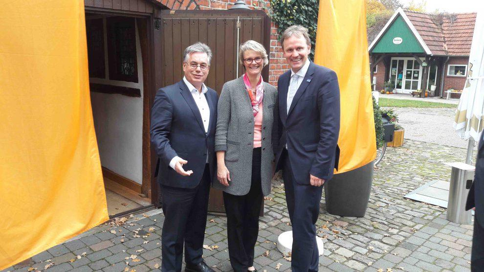 Der Wallenhorster Landtagsabgeordnete Clemens Lammerskitten, Bundesministerin Anja Karliczek sowie Jens Gieseke, MdEP. Foto: Büro Gieseke