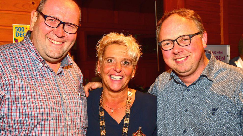 KKC-Sitzungspräsident Ansgar Speer (links) und Heiner Placke, Vorsitzender der Kolpingsfamilie Hollage, gratulieren Prinzessin Ute Brünger zur Wahl. Foto:Kurt Flegel