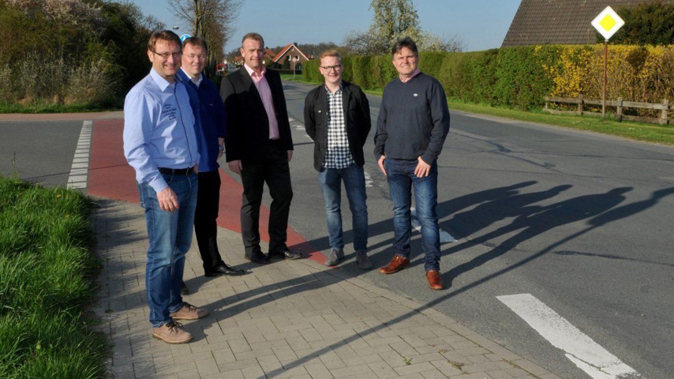 Mitglieder der CDW an der unübersichtlichen Kreuzung in Hollage-Ost, die bald in einen sicheren Kreisverkehrsplatz umgestaltet wird. Foto: CDW