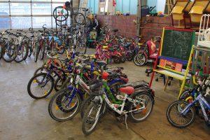 Gut erhaltene Spielgeräte, die auf den AWIGO-Recyclinghöfen abgegeben wurden, stehen für Sozialarbeiter aus der Kinder-, Jugend- oder Familienhilfe in Wallenhorst bereit. Foto: D.Pommer