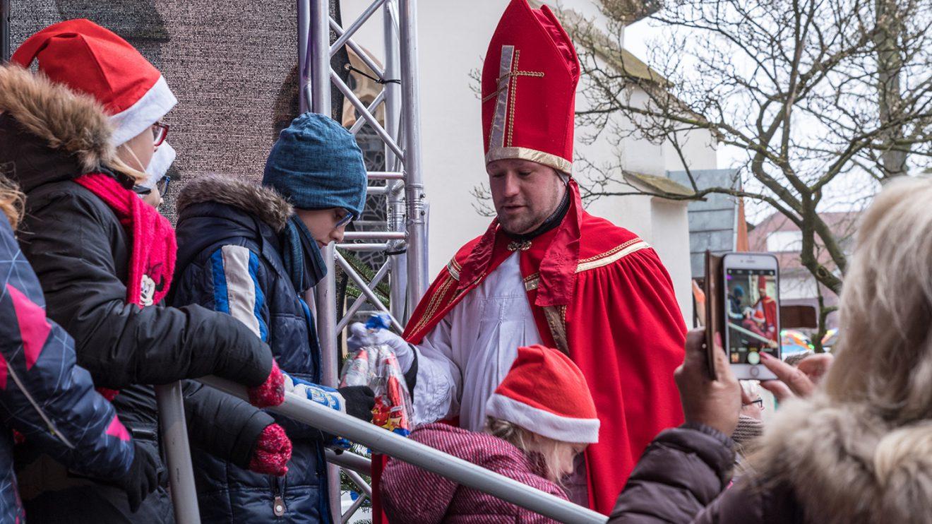 Der Nikolaus besucht den Wallenhorster Weihnachtsmarkt, hier im Jahr 2017. Foto: Gemeinde Wallenhorst / Thomas Remme