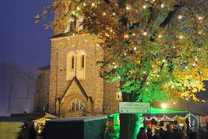 Viele Leckereien, das traditionelle Weihnachtssingen und die Nikolausstiefel-Aktion rund um den Turm der St. Alexanderkirche erwarten die Besucher am 1. und 2. Dezember 2018 auf dem Wallenhorster Weihnachtsmarkt. Foto: René Sutthoff