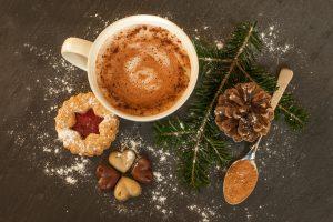 Menschen denken an Menschen zu Weihnachten, schreiben einander und beschenken sich. Symbolfoto: Pixabay /Sabrina_Ripke_Fotografie