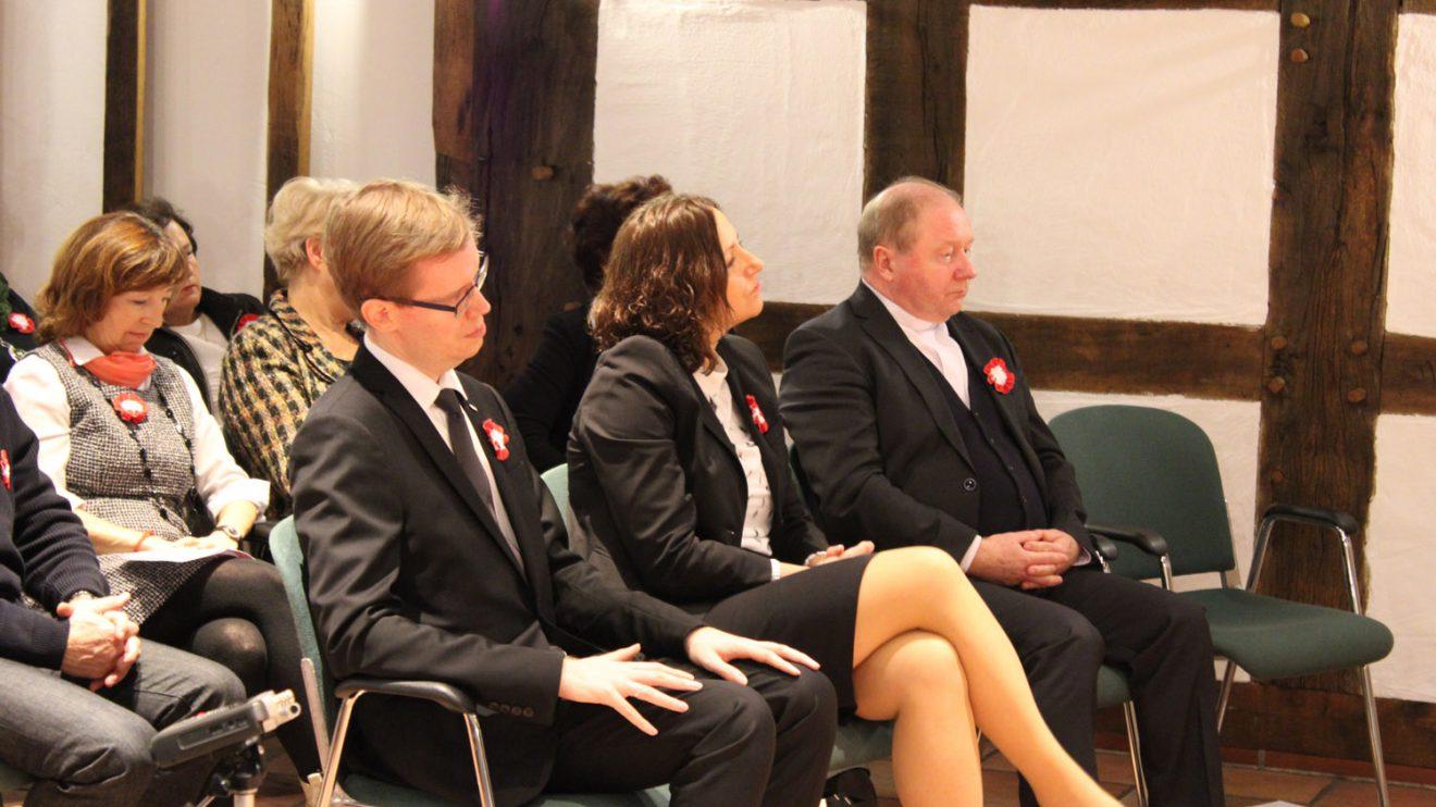 Der polnische Vizekonsul Adam Borkowski (links) und weitere Gäste. Foto: Dominik Lapp, kulturfeder.de