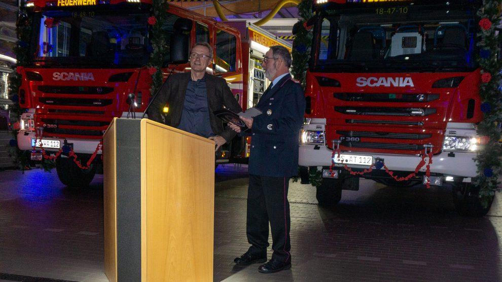 Bürgermeister Otto Steinkamp (links) überreicht die Schlüssel für die neuen Feuerwehrfahrzeuge an Gemeindebrandmeister Ulrich Beimesche. Foto:Nicole Erben