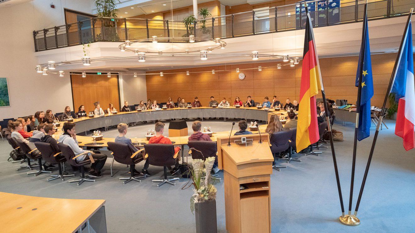 41 Jugendliche aus Orchies und Wallenhorst im Sitzungssaal des Rathauses. Foto: Thomas Remme