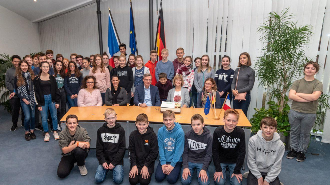 Gruppenbild mit Lehrerinnen und Bürgermeister – am Tisch sitzend von links: Caroline Sippl-Couque, Kathy Garçon, Otto Steinkamp, Frieda Wöstmann und Uta Lanfer. Foto: Thomas Remme