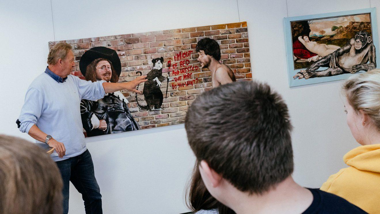 """Thomas Johannsmeier zitiert nicht nur klassische Maler, auch zeitgenössische Künstler wie Banksy finden sich in seinen Werken wieder – wie hier im Bild """"Was willst du mehr?"""". Foto: Gemeinde Wallenhorst / Thomas Remme"""