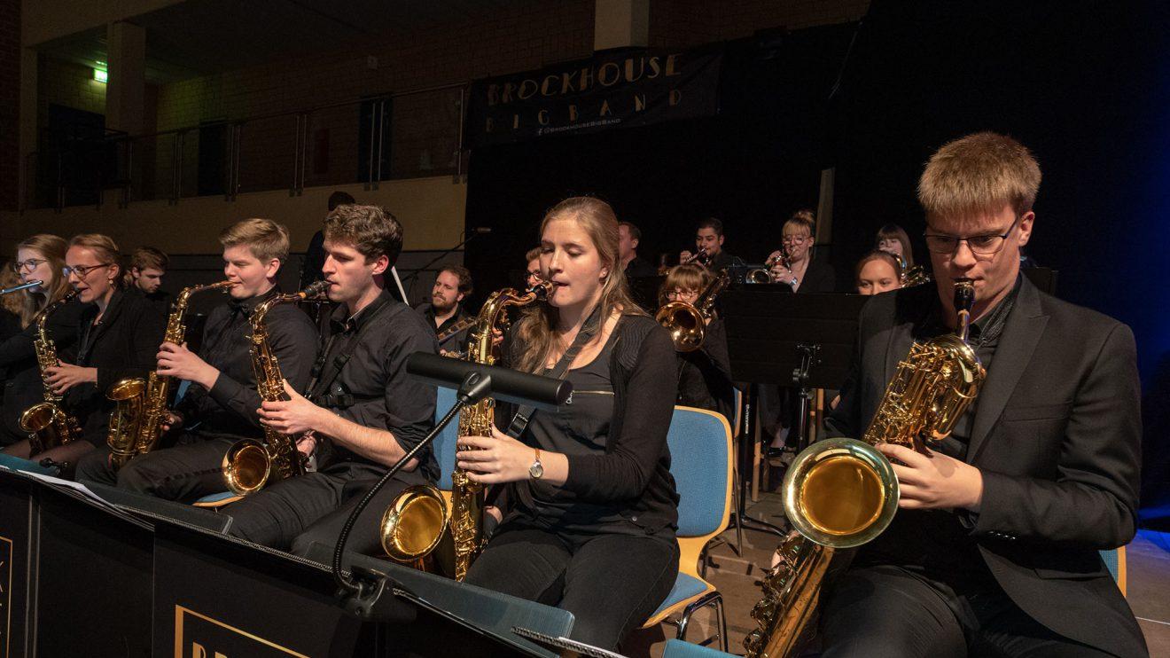 """Die Brockhouse Big Band verwöhnt mit sattem Sound – unter anderem mit der Titelmelodie des """"Aktuellen Sportstudios"""". Foto: Thomas Remme"""