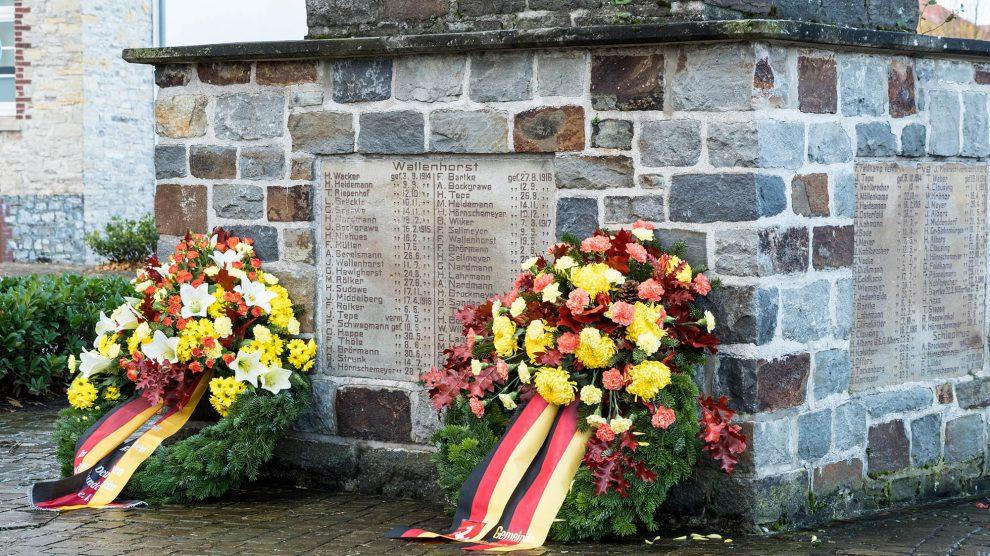 Kränze am Ehrenmal in Wallenhorst erinnern an die Opfer von Krieg und Gewalt. Foto:Thomas Remme