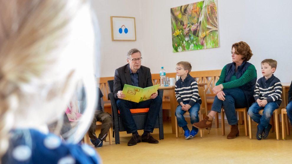 Im Stuhlkreis liest Bürgermeister Otto Steinkamp den Vorschulkindern des St. Johannes-Kindergartens vor. Foto: André Thöle