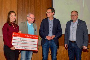 Heiner Placke, Julian Schwegmann und Christian Speer überreichen Kristin Kohlbrecher (von rechts) einen symbolischen Spendenscheck über 1.875 Euro. Foto: Kurt Flegel