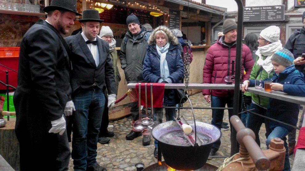 """In der """"Adventsstadt Quedlinburg"""" bereiten die Gastgeber des Hofes """"Pfeiffer mit drei f"""" Feuerzangenbowle zu. Foto: Ursula Thöle"""