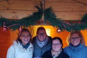 Die motivierten Ladies vor ihrem Verkaufsstand auf dem Wallenhorster Weihnachtsmarkt. Foto: Ladies Circle 33 Osnabrück