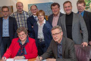 Im Beisein des Aufsichtsrates der Wasserversorgung Wallenhorst unterzeichnen Geschäftsführerin Marlies Albers und Bürgermeister Otto Steinkamp den Konzessionsvertrag. Foto: Gemeinde Wallenhorst / Thomas Remme