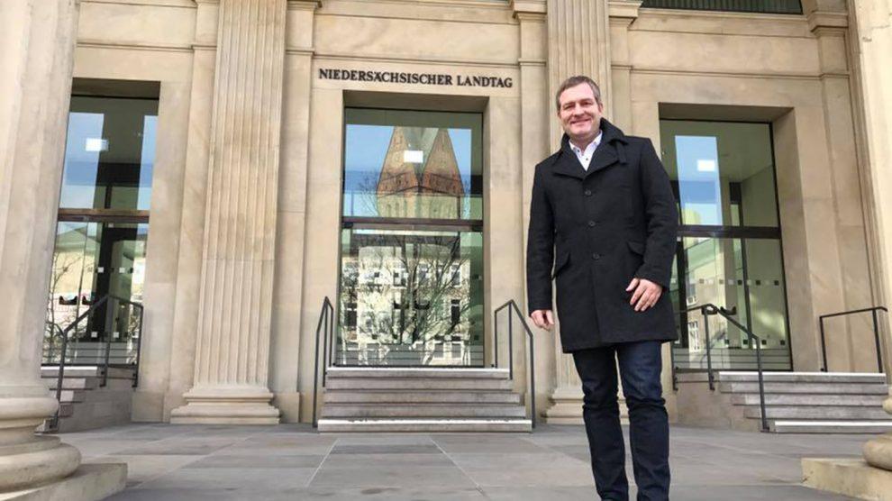 Der Wallenhorster Landtagsabgeordnete Guido Pott (SPD) vor dem niedersächsischen Landtag. Foto: Büro Guido Pott