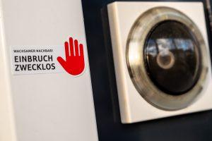 Eine einfache Maßnahme zum Einbruchschutz: ein kleiner Aufkleber mit klarer Botschaft. Foto: Gemeinde Wallenhorst / Thomas Remme