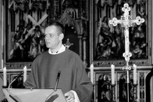 Die Gläubigen der Pfarreiengemeinschaft Wallenhorst trauern um ihren Pastor Carsten Heyer, der am vergangenen Freitag im Alter von nur 43 Jahren an den Folgen eines Schlaganfalls verstorben ist. Foto: Pfarreiengemeinschaft Wallenhorst / Dominik Heggemann